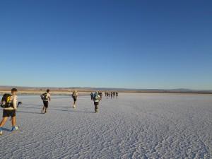 果てしなく続く塩湖を走る