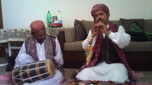 パキスタンシンド州の伝統的な音楽を演奏するミュージシャンをホームパーティに招いて