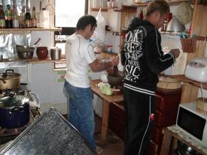 料理を作るトレーナーさん達。