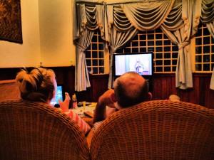 リンビングでは仲良く夫婦でテレビを見ています。